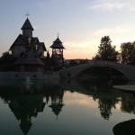 Crkva i krstionica uvečer s replikom mosta Kozja ćuprija